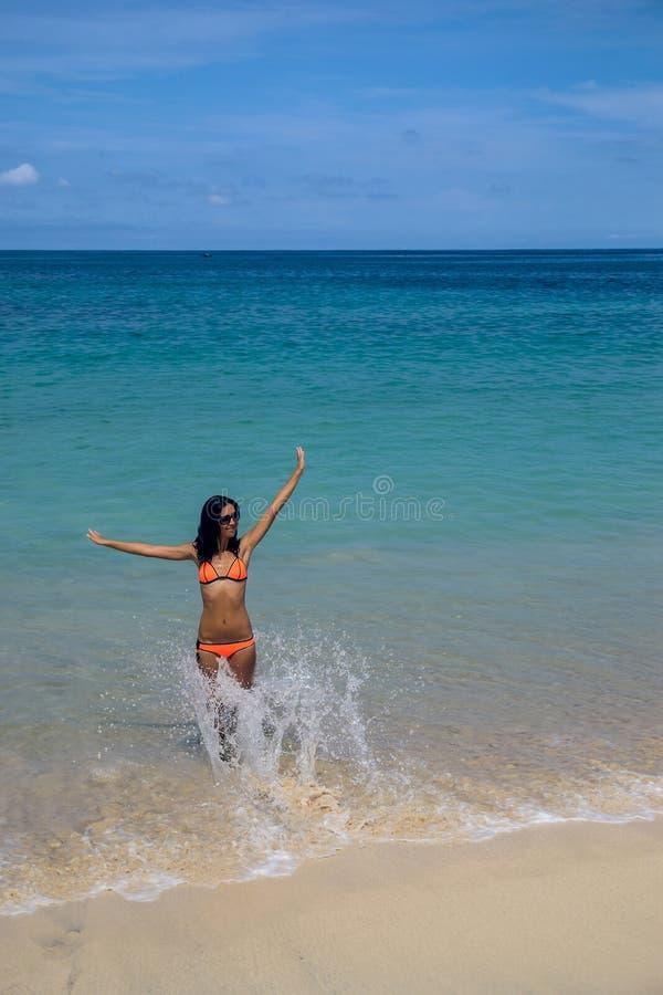Dziewczyna uśmiechy i szczęśliwy w oceanie fotografia royalty free