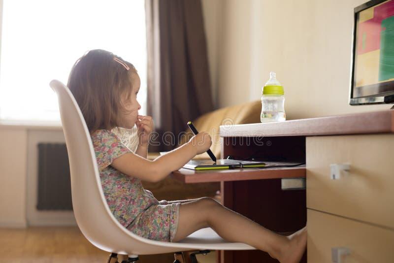 Dziewczyna używa cyfrową pastylkę dla rysować zdjęcia royalty free