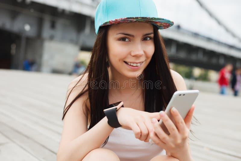 Dziewczyna używa dużego nowożytnego phablet smartphone z podwójną kamerą fotografia stock
