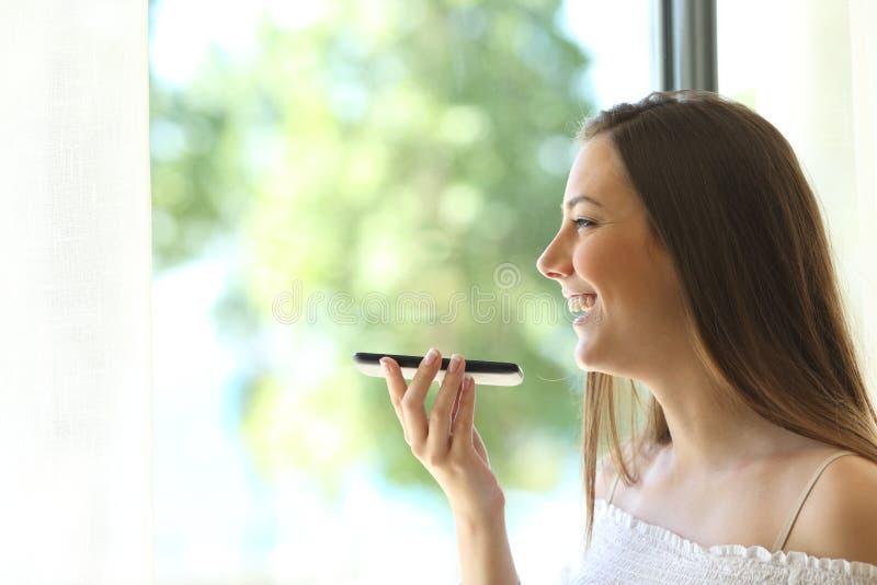 Dziewczyna używa głosu rozpoznanie telefon obraz stock