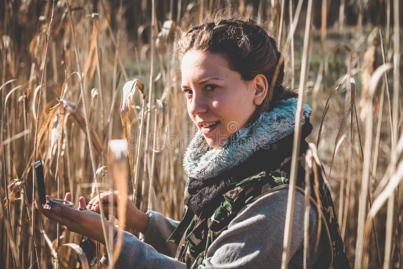 Dziewczyna używa kompas dla lepszy orientaci w naturze obrazy royalty free