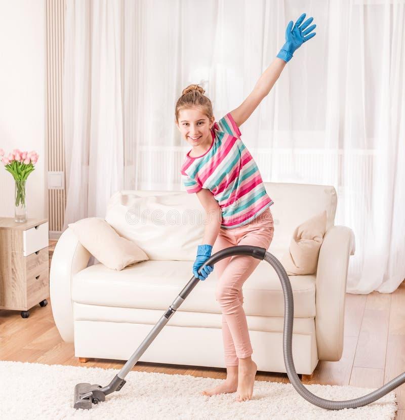 dziewczyna używa próżniowy czystego zdjęcie royalty free