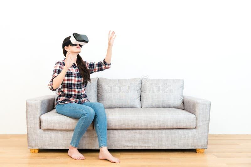 Dziewczyna używa ręki łapie symulacja ekran zdjęcie stock