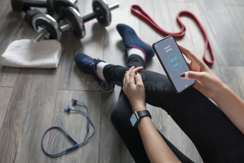 Dziewczyna używa sprawność fizyczną app obrazy stock