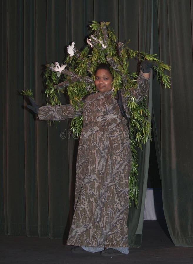 Dziewczyna ubierał jako drzewo w sztuce obrazy royalty free