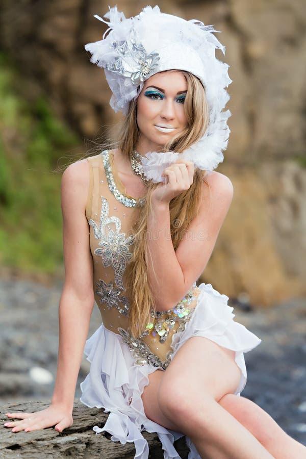 Dziewczyna ubierająca jak syrenka siedzi na plaży obrazy royalty free