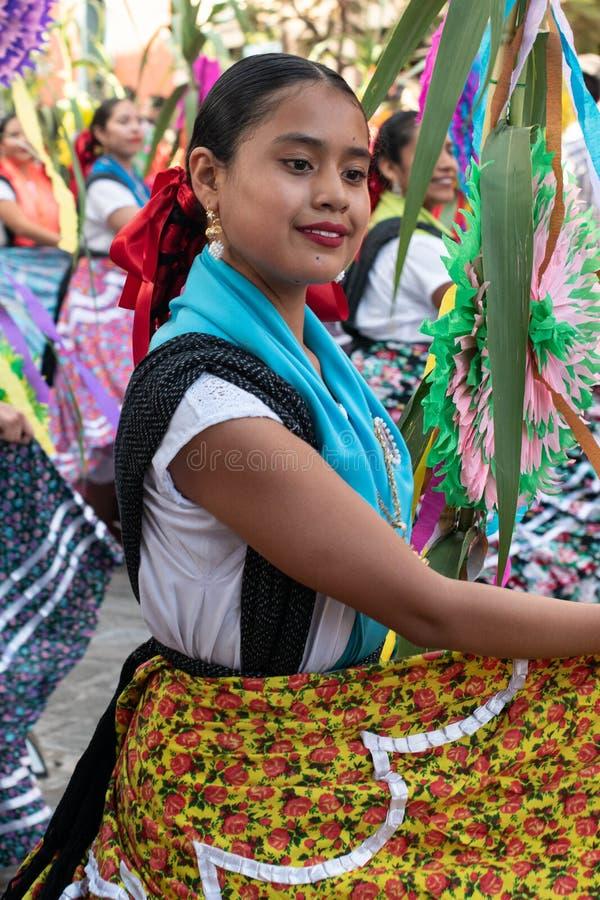 Dziewczyna ubierająca z tradycyjnym odziewa obrazy stock