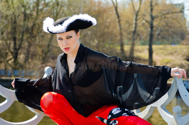 Download Dziewczyna Ubierająca Jako Pirat Zdjęcie Stock - Obraz złożonej z aktor, kości: 53779604
