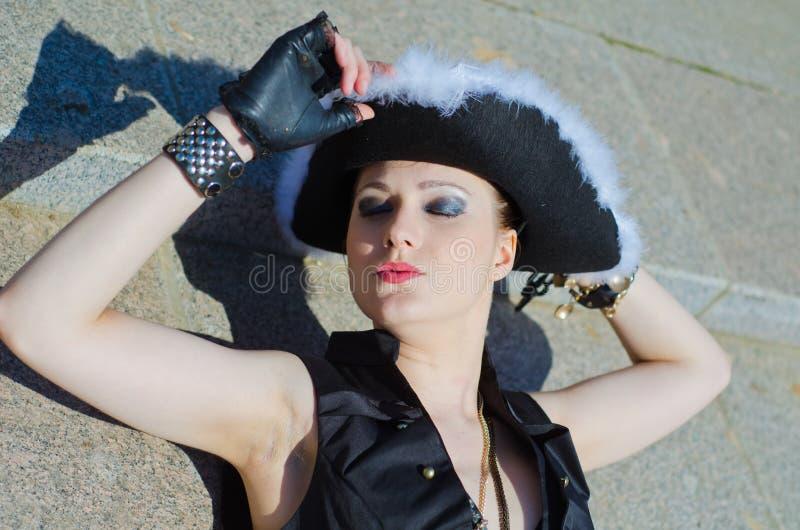 Download Dziewczyna Ubierająca Jako Pirat Zdjęcie Stock - Obraz złożonej z piękny, śliczny: 53779882