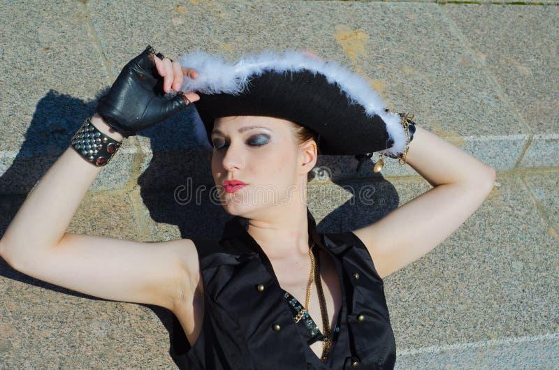 Download Dziewczyna Ubierająca Jako Pirat Obraz Stock - Obraz złożonej z femaleness, dekoracje: 53779911