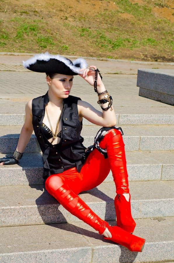 Download Dziewczyna Ubierająca Jako Pirat Zdjęcie Stock - Obraz złożonej z kolorowy, femaleness: 53780076