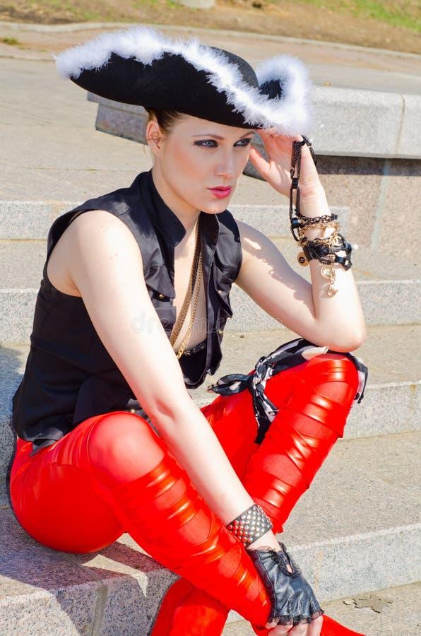 Download Dziewczyna Ubierająca Jako Pirat Zdjęcie Stock - Obraz złożonej z elegancja, wytwór: 53780086