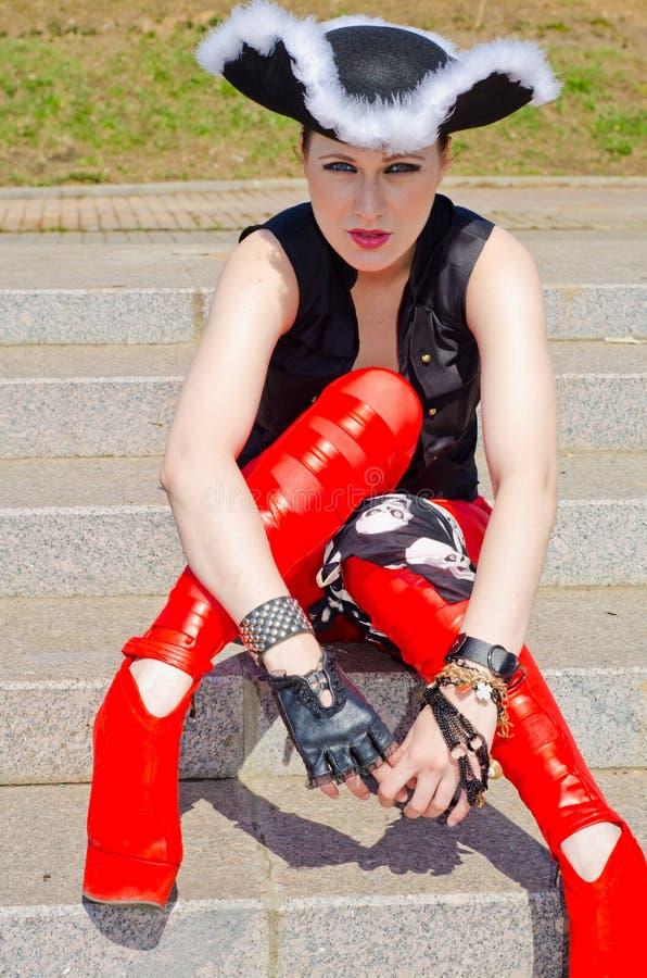 Download Dziewczyna Ubierająca Jako Pirat Obraz Stock - Obraz złożonej z elegancja, target55: 53780129