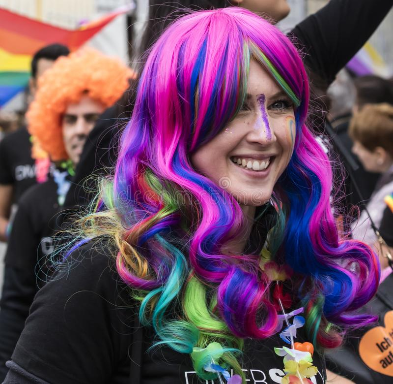 2019: Dziewczyna uczęszcza Gay Pride z menchii i błękita peruką paraduje także zna jako Christopher dnia Uliczny CSD w Monachium, obraz stock