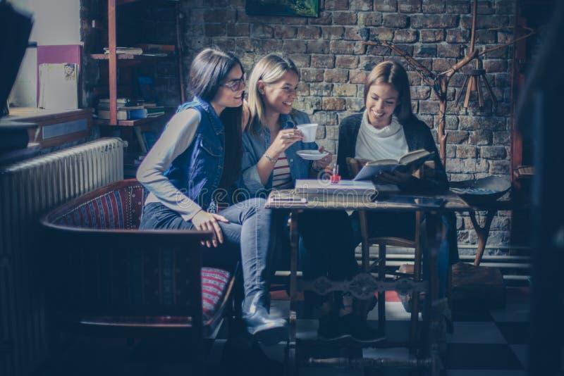 Dziewczyna ucznie ma zabawę w kawiarni zdjęcia stock