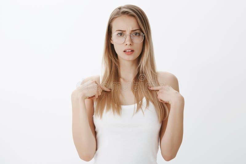 Dziewczyna udaremnia i szokująca someone wini ona Portret obwinionego nierad i zelżony młody żeński pracownik zdjęcie stock