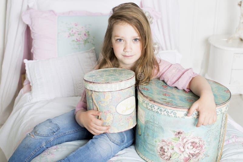 Dziewczyna utrzymuje prezent fotografia royalty free