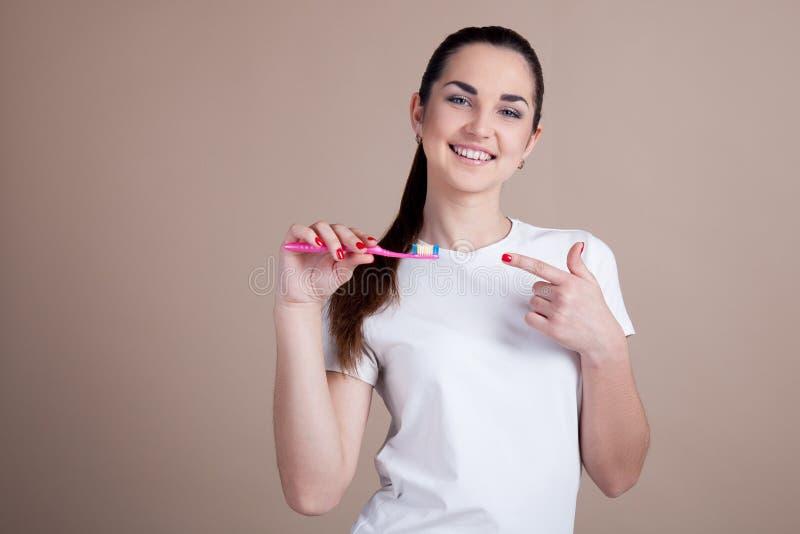 Dziewczyna utrzymuje toothbrush i ono uśmiecha się zdjęcie stock