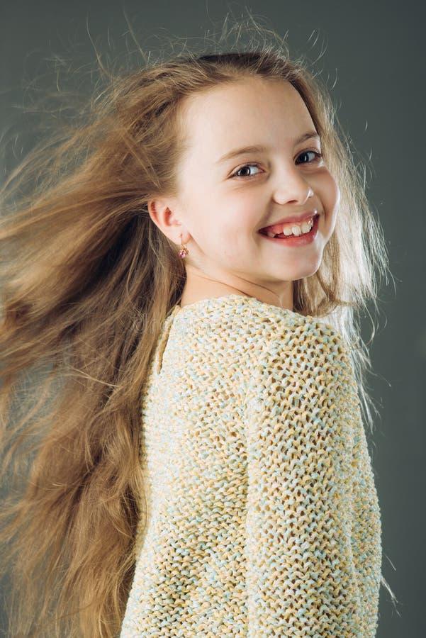 dziewczyna włosy tęsk mały dzieciństwo szczęśliwy dzieciak piękno dzieciaka fryzjer Skóra i włosiana opieka Moda portret zdjęcia stock