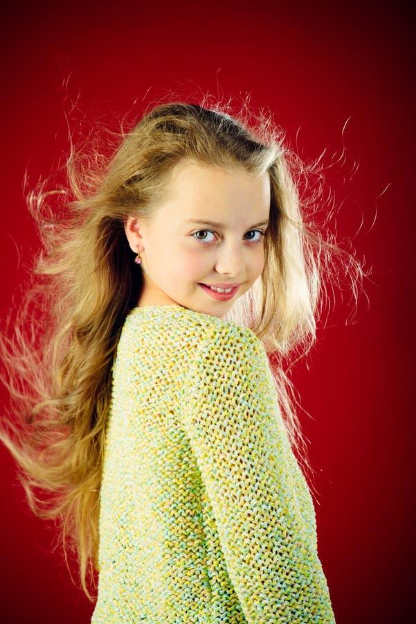 dziewczyna włosy tęsk mały Moda portret mała dziewczynka dzieciństwo szczęśliwy dzieciak dzieciaka fryzjer Skóra i włosiana opiek obrazy royalty free