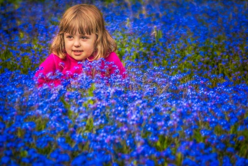 Dziewczyna wśród ja kwiaty obrazy royalty free