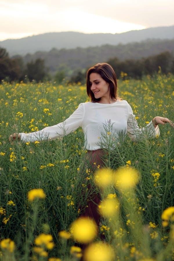 Dziewczyna w żółtym kwiatu pola przodu portrecie zdjęcia stock