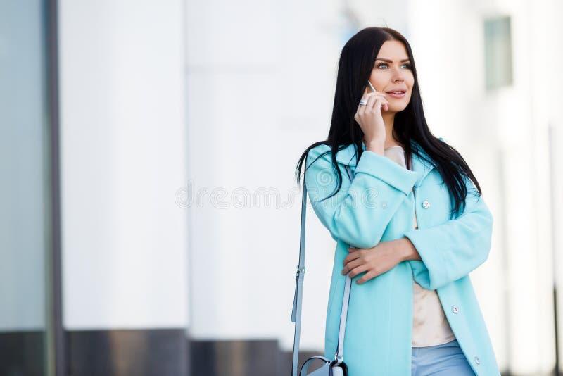 Dziewczyna w żakiecie z telefonem fotografia stock