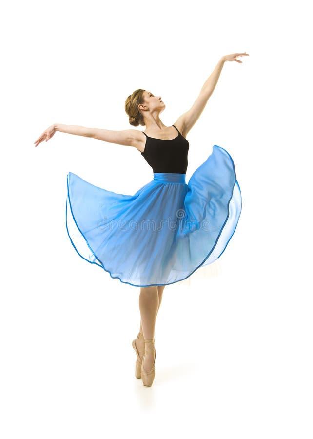 Dziewczyna w błękitnej spódnicie i czarny leotard tanczymy balet obraz royalty free