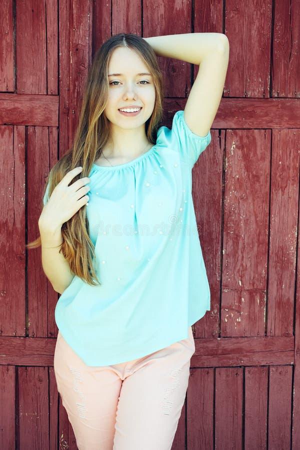 Dziewczyna w błękitnych koszulki i menchii spodniach obraz royalty free