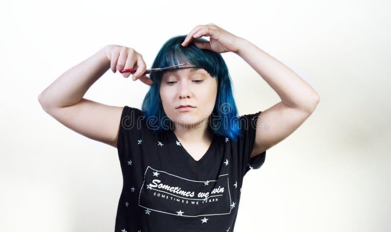 Dziewczyna w błękitnym włosy ciie ona uderzenia obraz royalty free