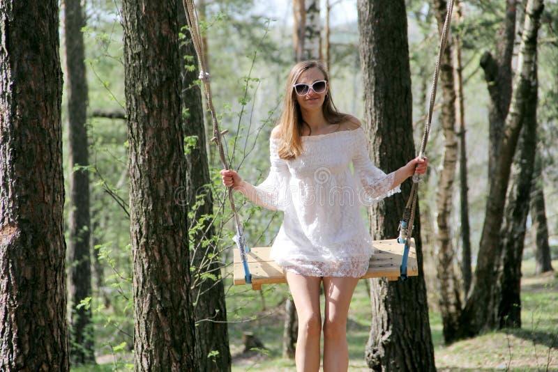 Dziewczyna w białej sukni blisko brzozy zdjęcia royalty free