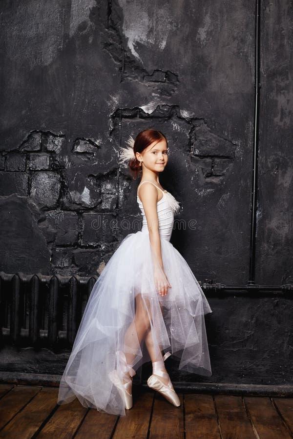 Dziewczyna w białej balowej todze i butach, piękny czerwony włosy Młoda teatr aktorka Mały prima balet Młoda baleriny dziewczyna fotografia royalty free