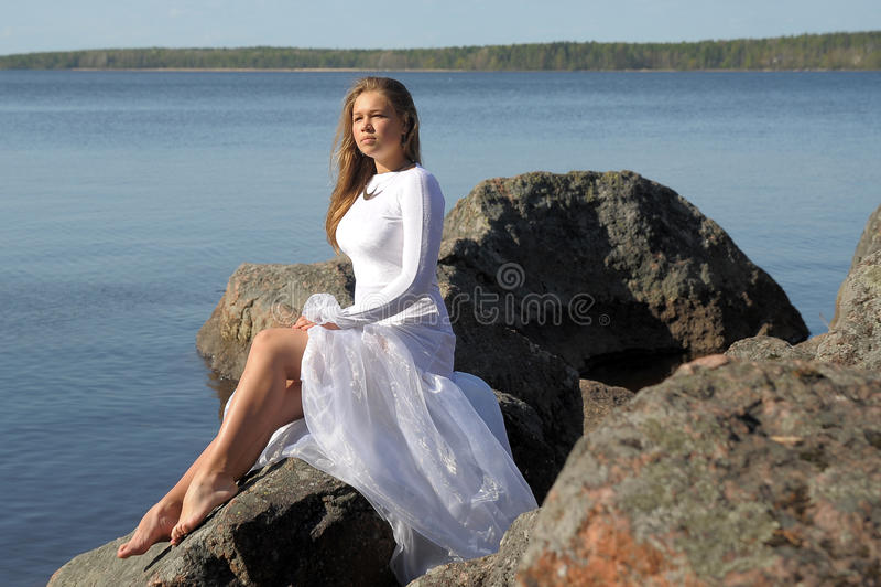 Dziewczyna w białej sukni przy jeziorem zdjęcie royalty free