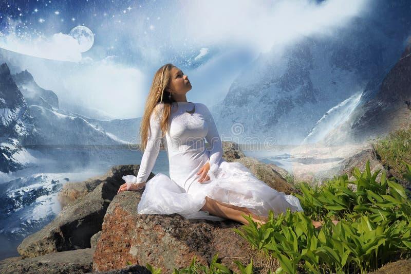 Dziewczyna w białej sukni przy jeziorem obraz stock