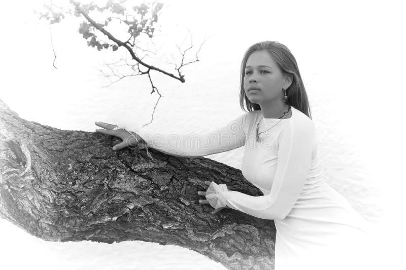 Dziewczyna w białej sukni przy jeziorem obraz royalty free