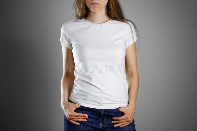 Dziewczyna w białych niebieskich dżinsach i koszulce Przygotowywający dla twój projekta clo obrazy royalty free