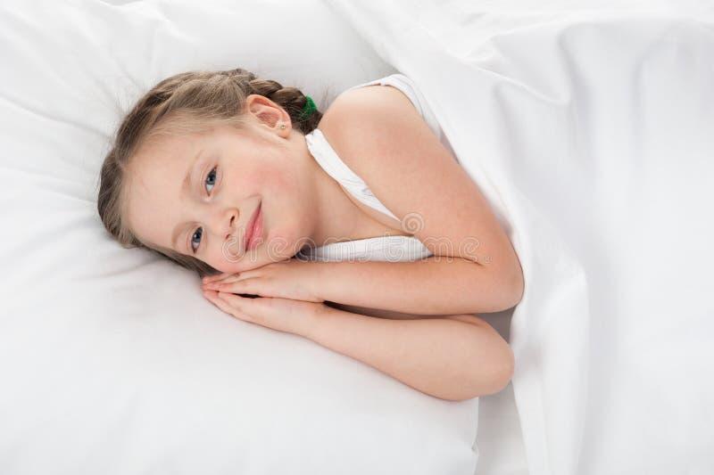 Dziewczyna w białym łóżku obraz royalty free