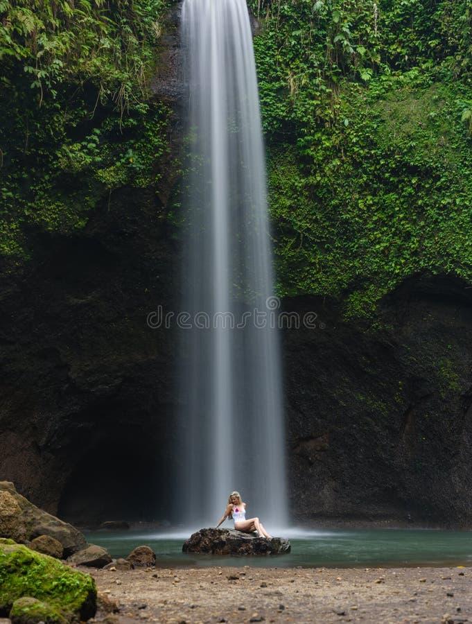 Dziewczyna w białym pływackim kostiumu przy SEKUMPUL siklawą blisko ubud, Bali fotografia stock