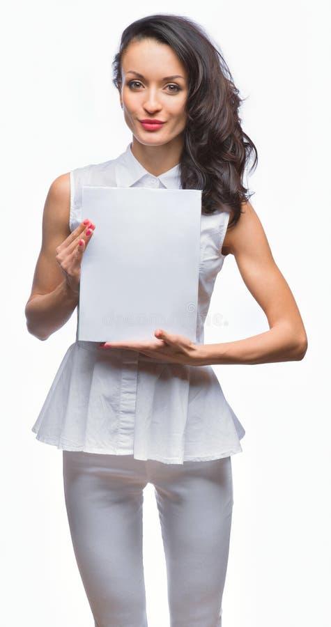 Dziewczyna w białym smokingowym mienie talerzu zdjęcia stock