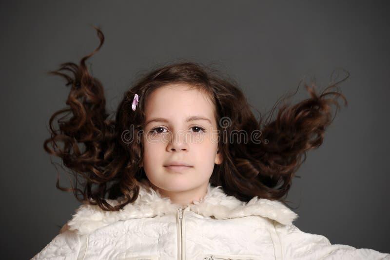 Dziewczyna w biel sukni doskakiwaniu fotografia stock
