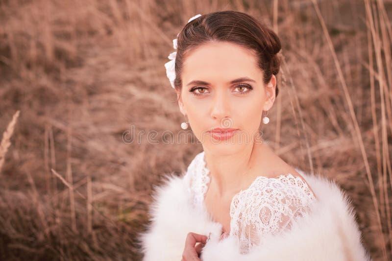 Dziewczyna w biel sukni Panna młoda w parku Fotografia w rocznika stylu tajemnica fotografia stock