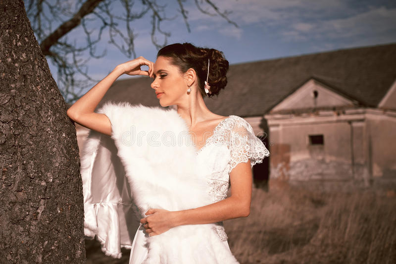 Dziewczyna w biel sukni Panna młoda w parku Fotografia w rocznika stylu tajemnica obraz stock
