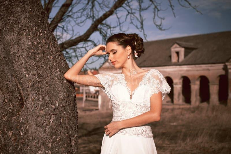 Dziewczyna w biel sukni Panna młoda w parku Fotografia w rocznika stylu tajemnica obraz royalty free