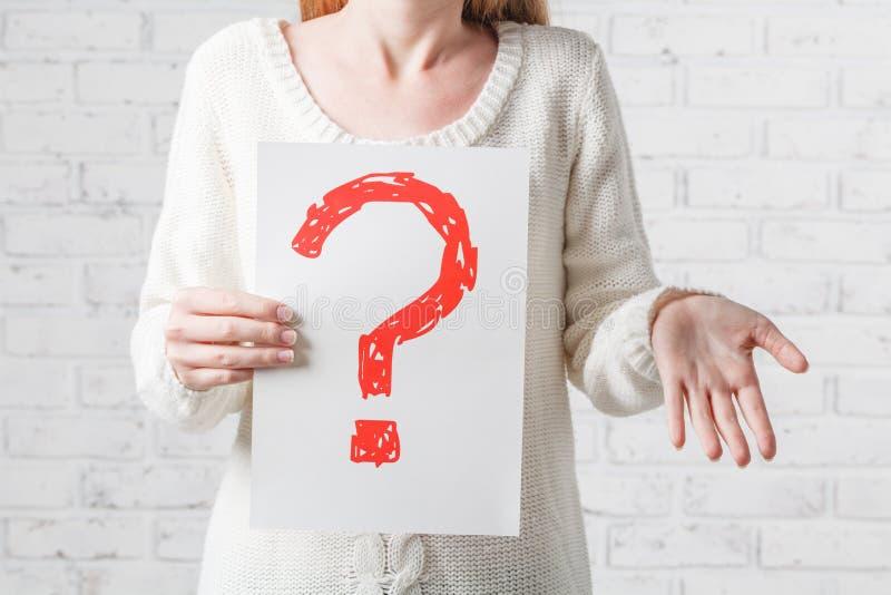 Dziewczyna w bielu ma braki odpowiedzi pytanie obraz royalty free