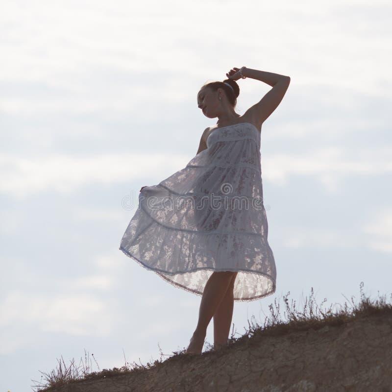 Dziewczyna w bielu na tle niebo obrazy stock