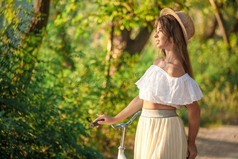 Dziewczyna w bielu pod gorącym światłem słonecznym zdjęcia royalty free