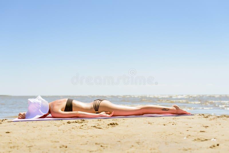 Dziewczyna w bikini na plaży obraz stock