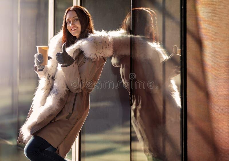 Dziewczyna w ciepłej kurtce z gorącą kawą i obrazy stock