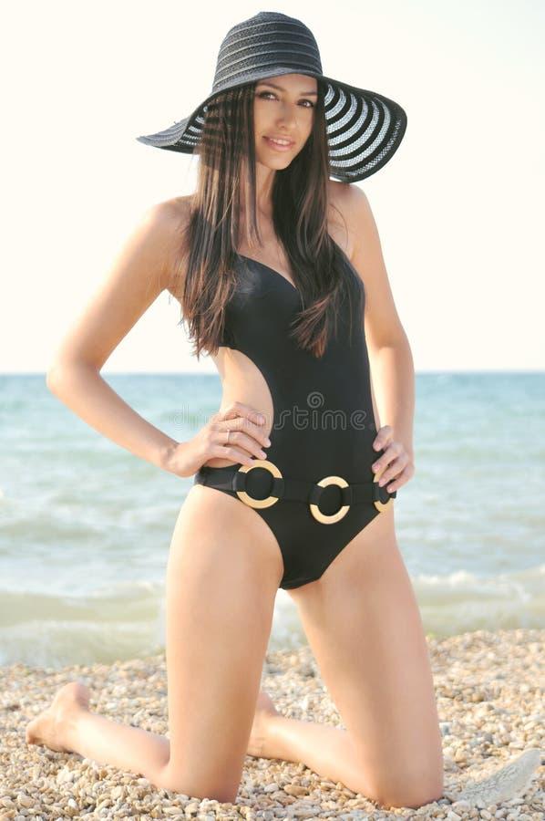 Dziewczyna w czarnym kostiumu kąpielowym zdjęcie stock