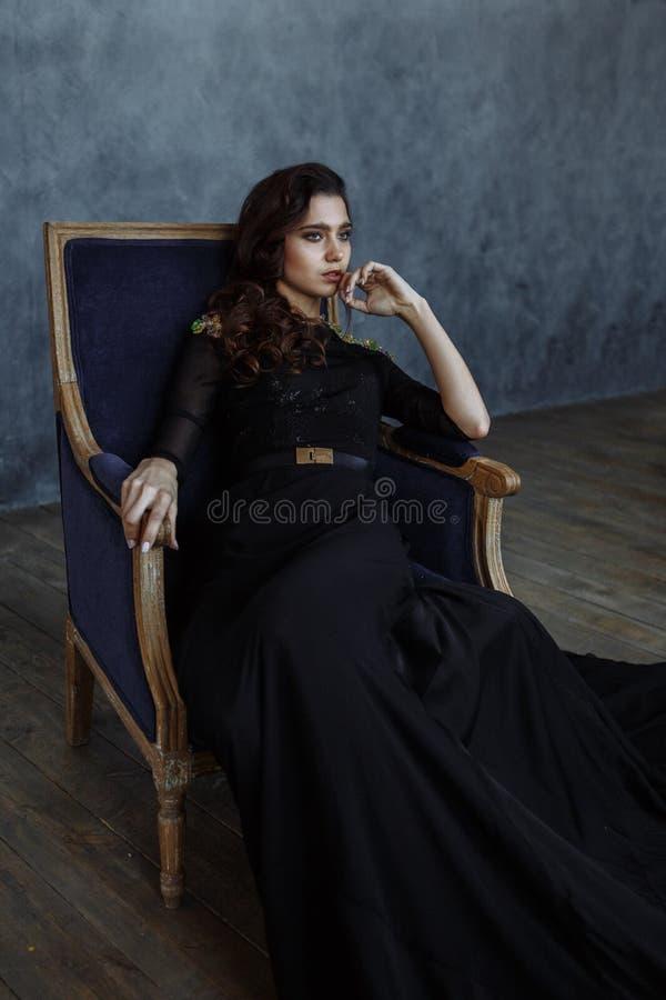 Dziewczyna w czerni sukni obraz royalty free